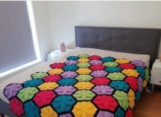 Bed cover in crochet 3D pattern